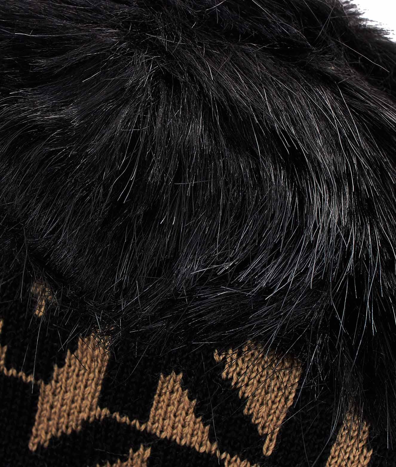 Berretto logato con pon pon in ecopelliccia nero